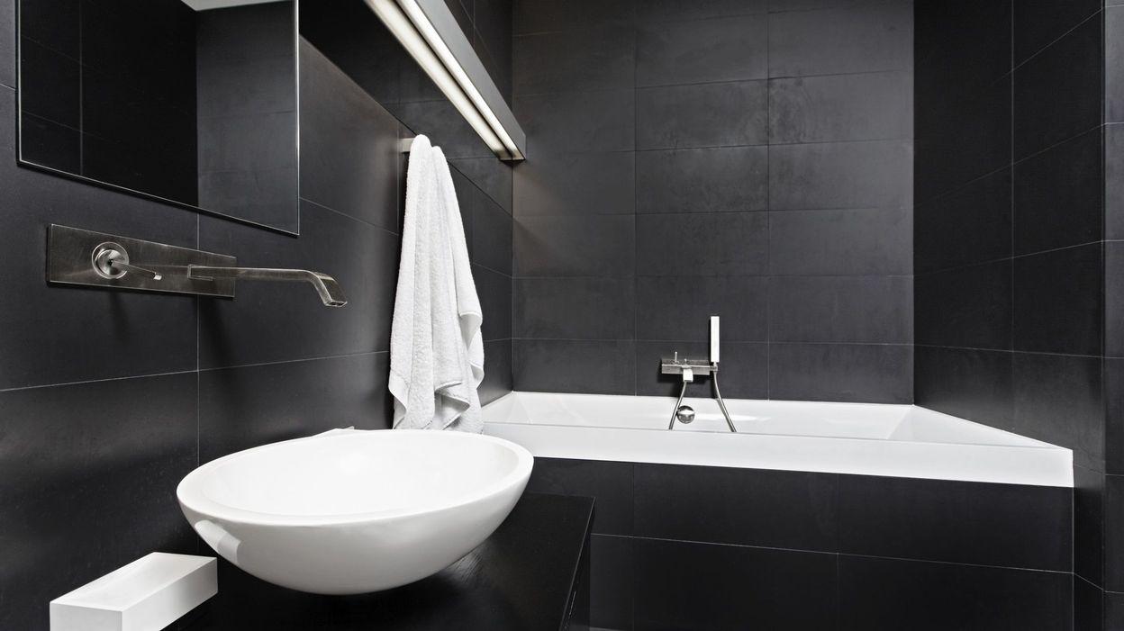 Du noir dans la salle de bain for Salle bain noir