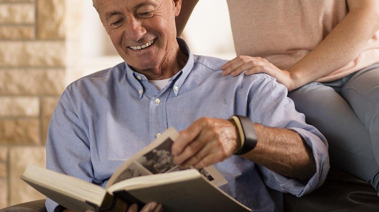 technologie le bracelet d 39 alarme connect pour seniors. Black Bedroom Furniture Sets. Home Design Ideas