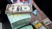 Dollars contre francs congolais dans un bureau de changes à Gombe, le 18 avril 2016