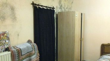 De petites chambres humides qui coûtent parfois  jusqu'à 400 euros.