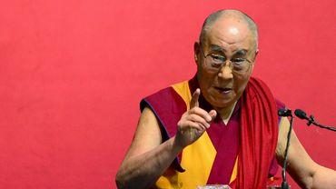"""Le Dalaï Lama a estimé qu'il y avait à présent """"trop"""" de réfugiés en Europe après la vague d'arrivées l'an dernier et que ces migrants cherchant protection ne devaient rester que provisoirement sur place."""